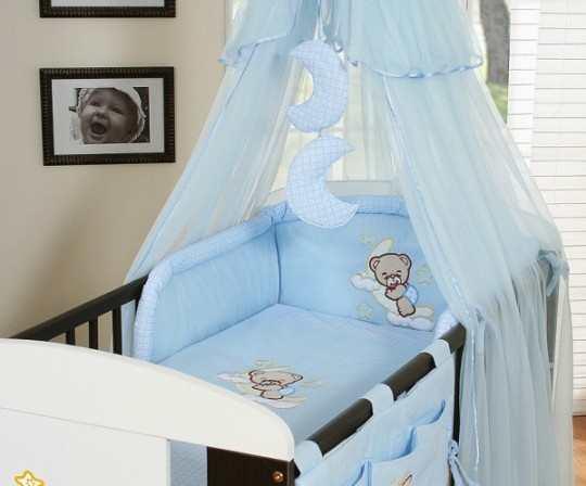 lit-bebe-a-barreaux-et-ciel-de-lit-bleu